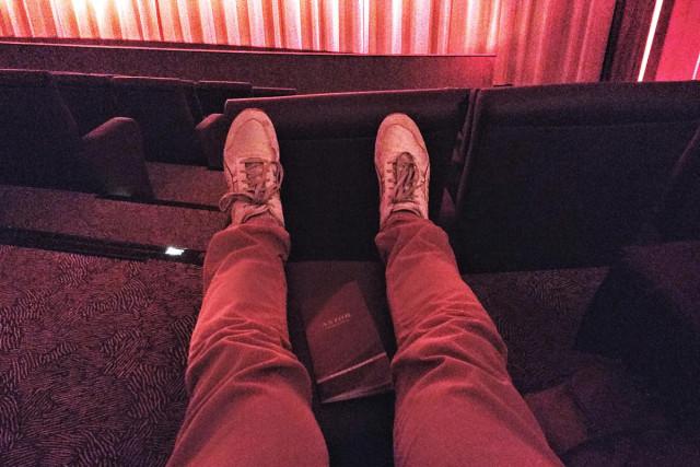 Im Astor-Kino hat man in der Loge einen Hocker für die müden Füße.