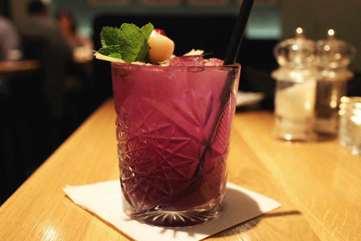 Lila-Laune-Cocktail mit ausgepresstem Granatapfel und Litschi.