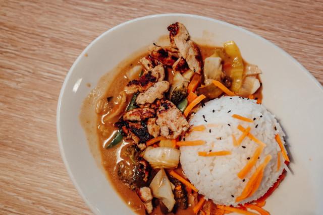Möhrenstäbe, Reis, Erdnusssoße, Hühnchen …