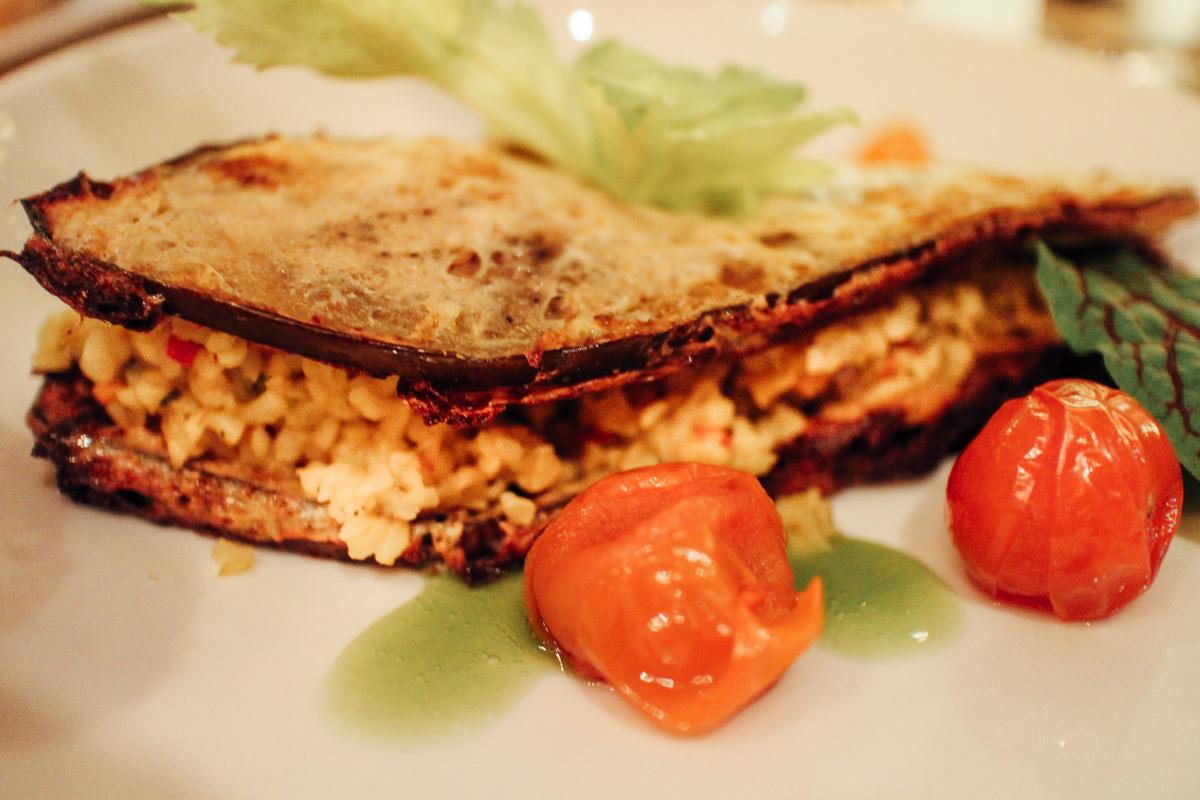 Aubergine umarmt Bulgur. Das einzige - aber tolle - vegetarische Hauptgericht in der Gondel.