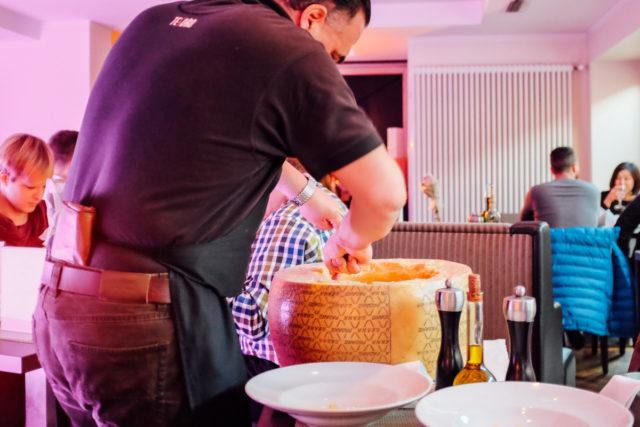 Frischer gehts nicht: Parmesan direkt aus dem Laib.