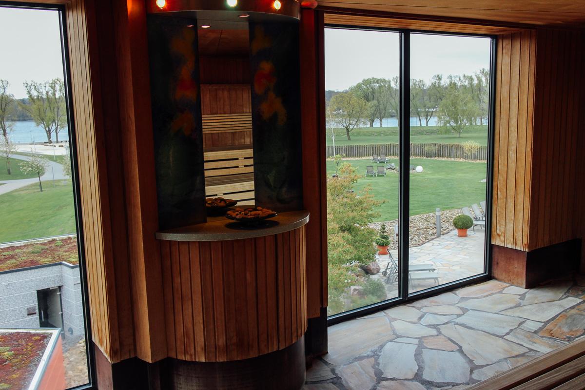 Die Panoramasauna bietet einen tollen Ausblick auf den Allersee.