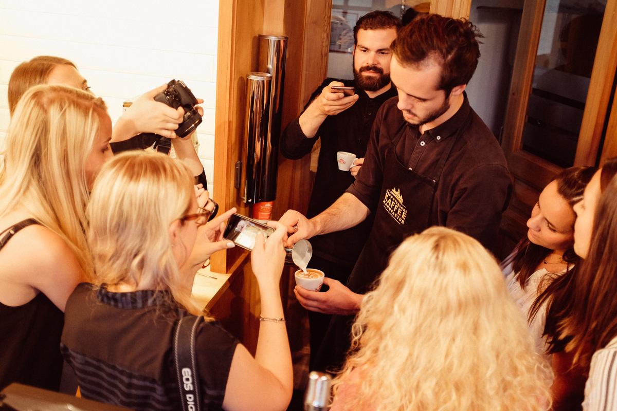 Barista Aaron zeigt, wie man Cappuccino macht.