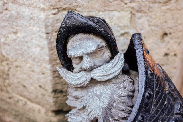 Zwei Zwerge bewachen das Eingangstor der Marienburg.